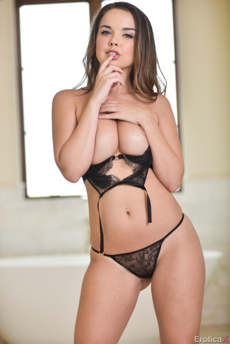 Стриптиз порно актрисы Dillion Harper в просвечивающем белье с маленькими стрингами