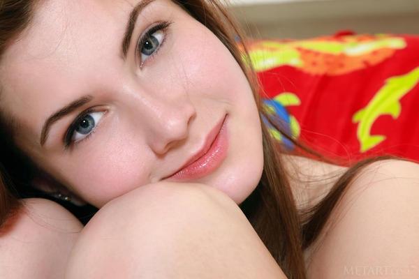 Голубоглазая сучка с большими натуральными титьками секс фото
