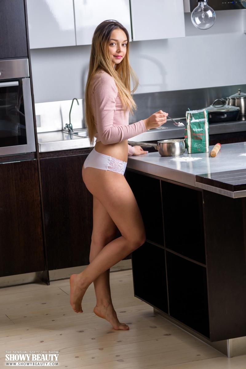 Идеальная жопа на кухне перепачкалась мукой