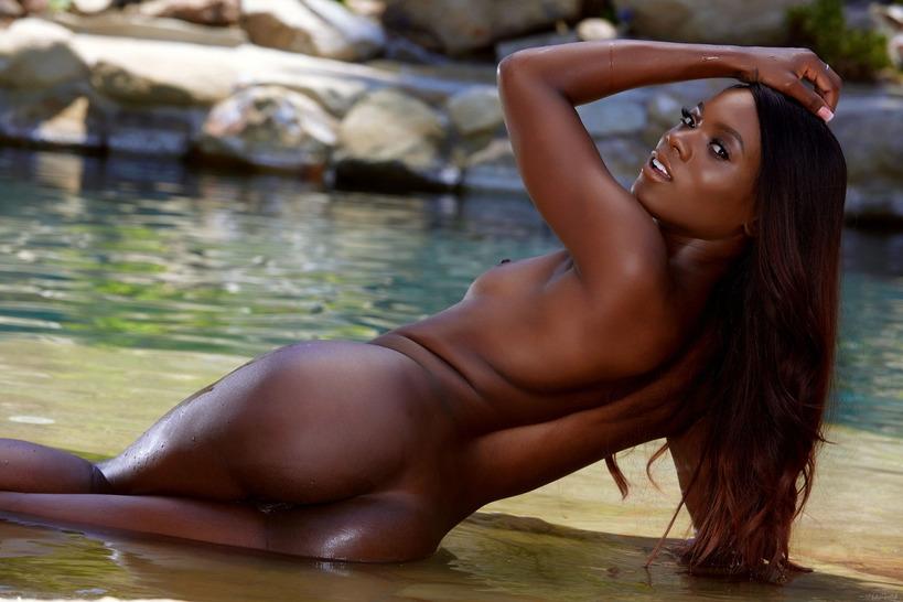 Сексуальная черная порнозвезда Ana Foxxx в откровенном бикини