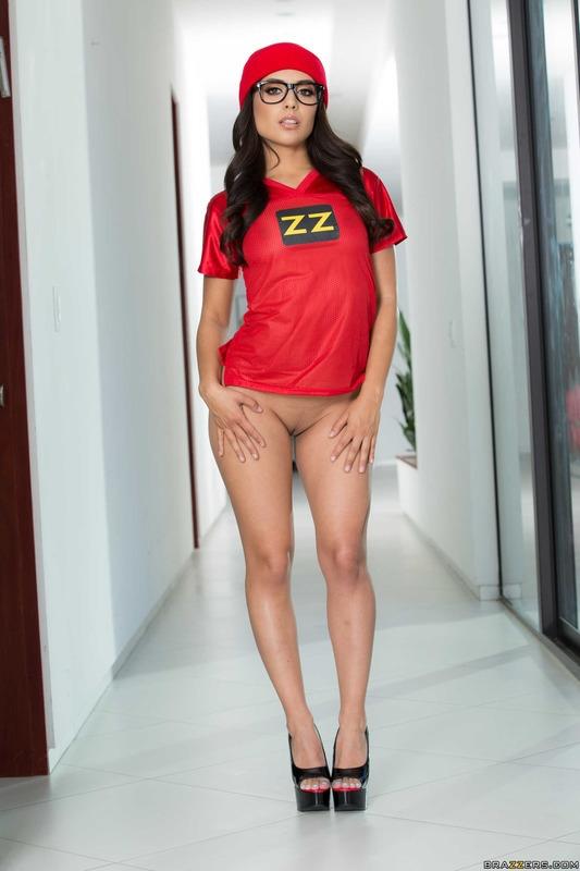 Очкастая латинская порно звезда с аппетитной попой Jynx Maze