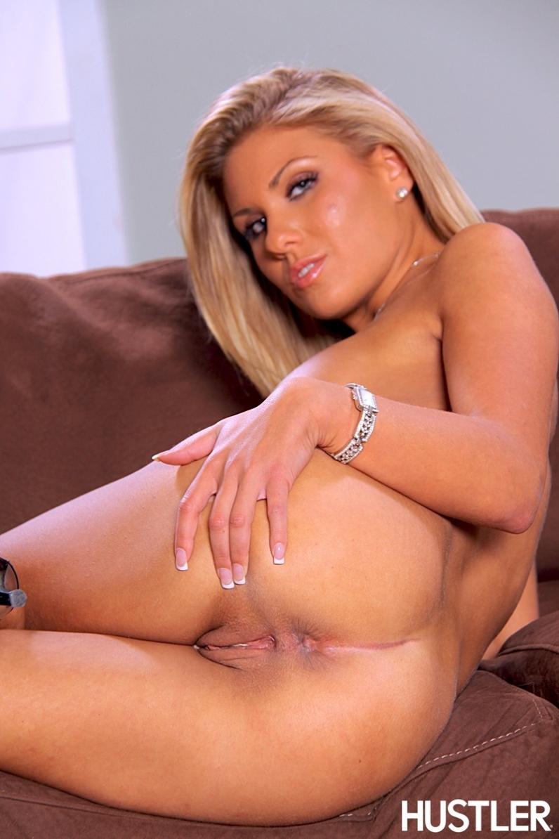 Крутая блонди с хорошенькой жопой порно фото
