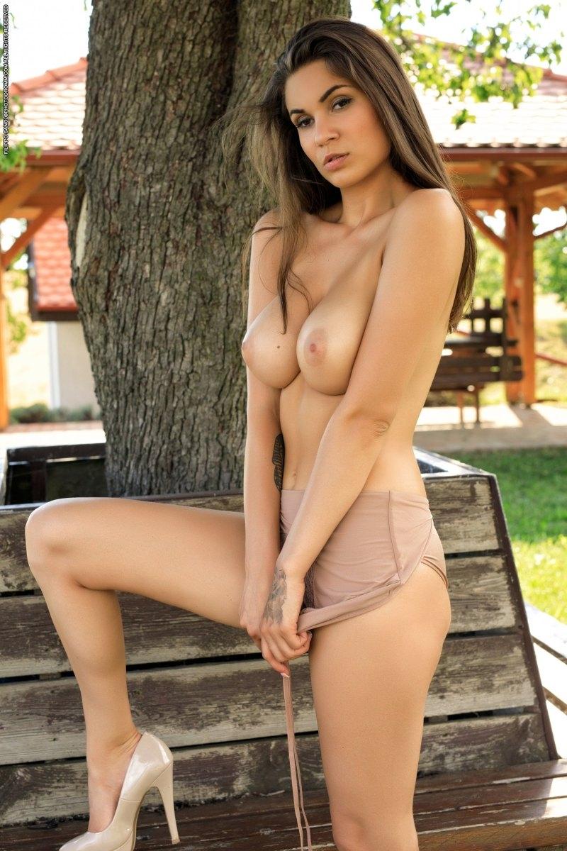 Сексуальная шалава с обольстительной попкой на свежем воздухе