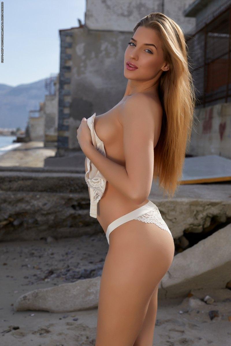 Элитная блондинка голышом на пляже