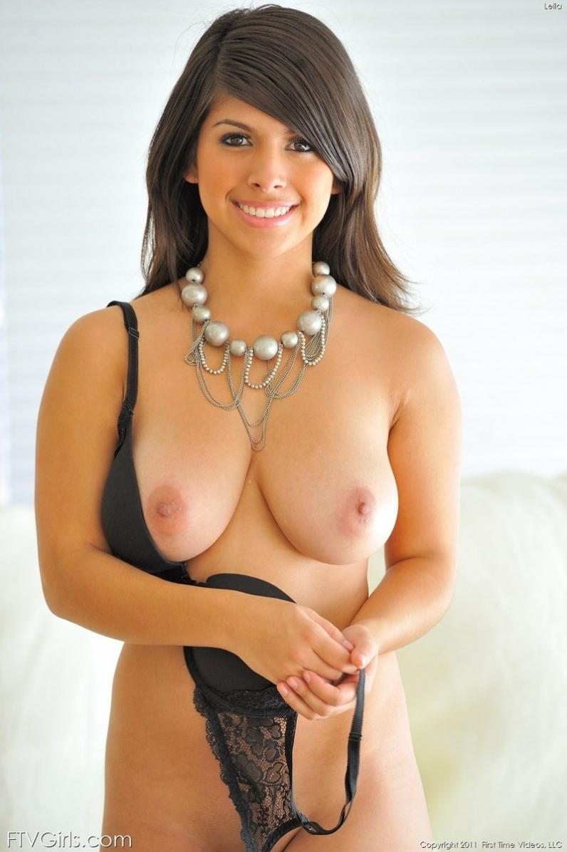 Пышная девушка позирует в первый раз порно картинки
