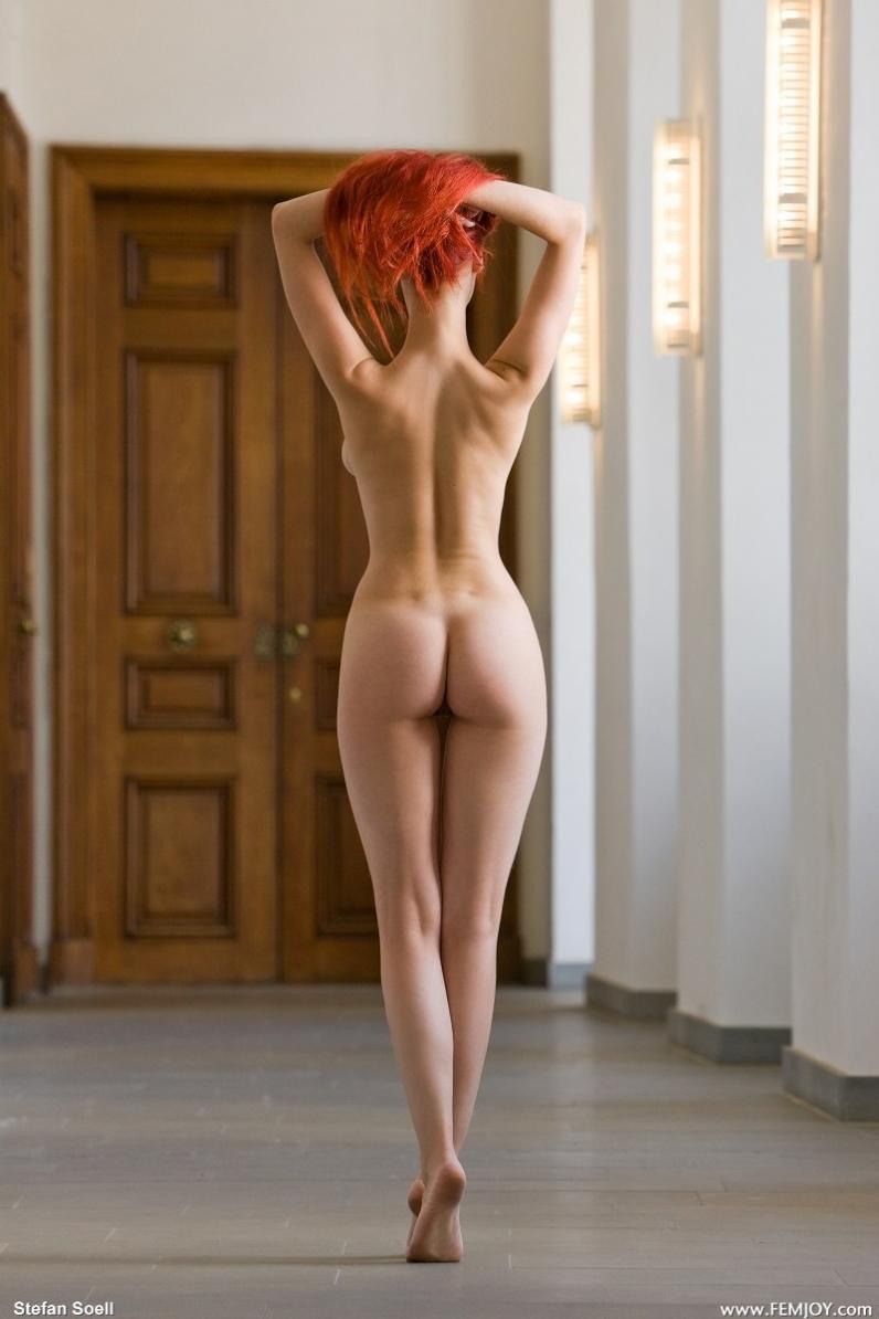 Рыжая девушка показывает свои прелести 22 фотография