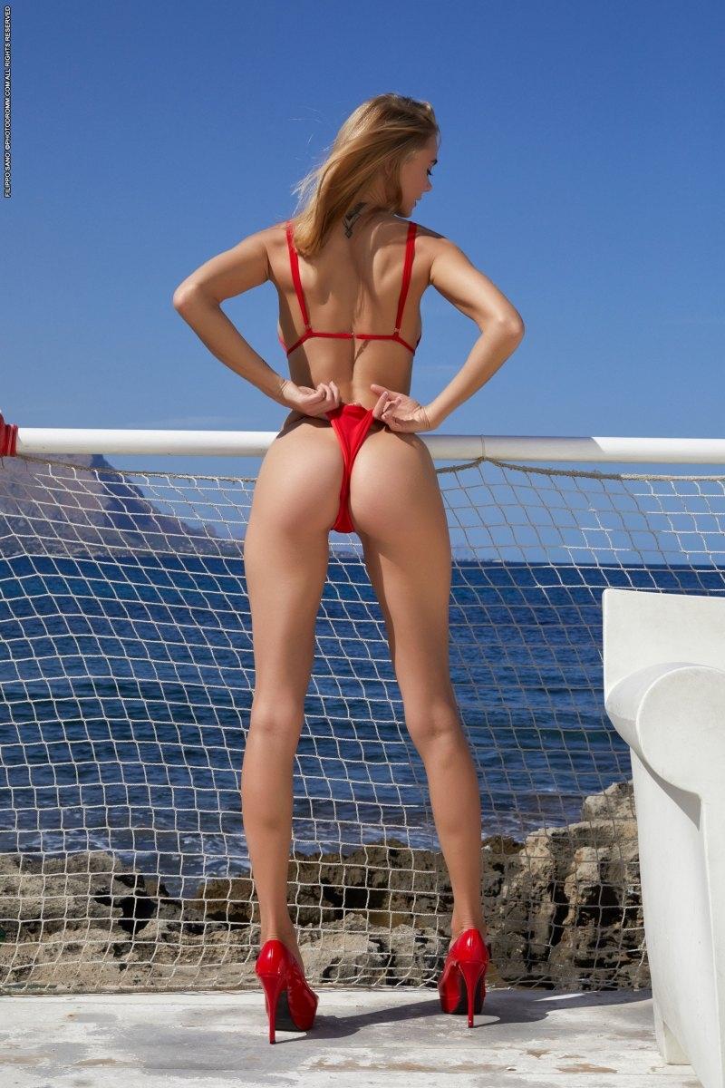 Нагая срака изящной чикули в красном бикини