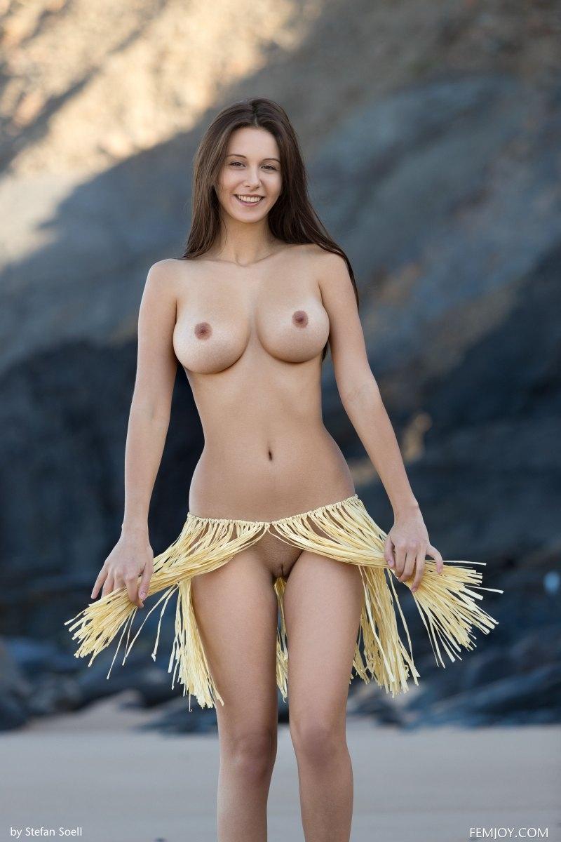 Изящная с роскошными буферами растопырила набедренную повязку продемонстрировав гладкую вагину