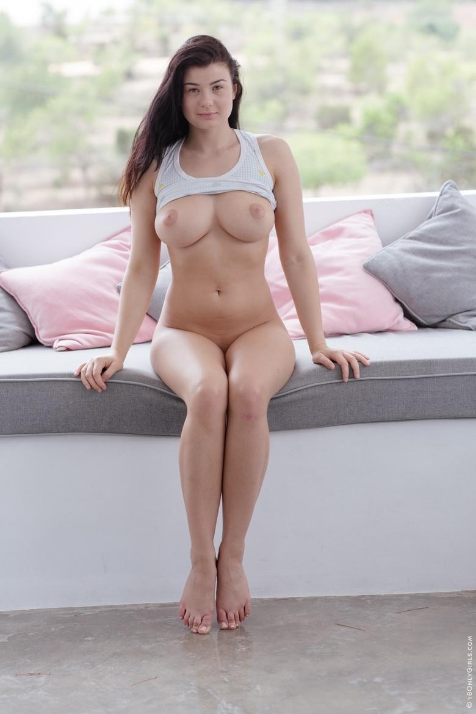 Аппетитные дойки Lucy Li под задранной майкой
