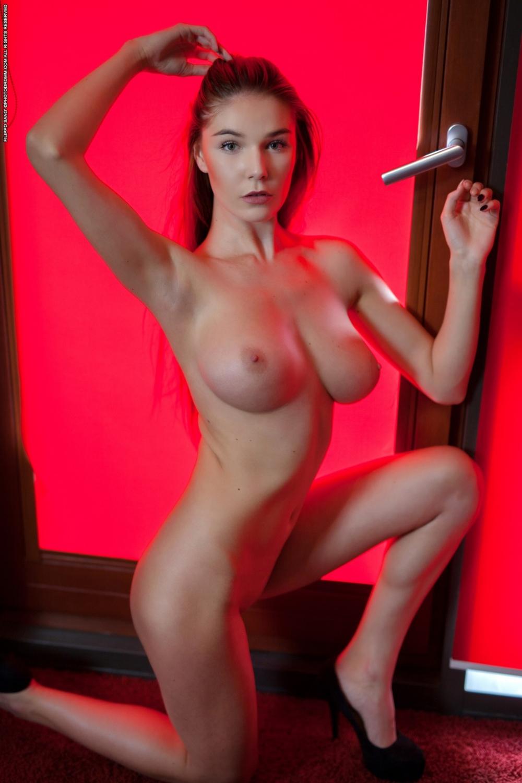 Чистая леди с шикарными грудями снимает мелкие трусы
