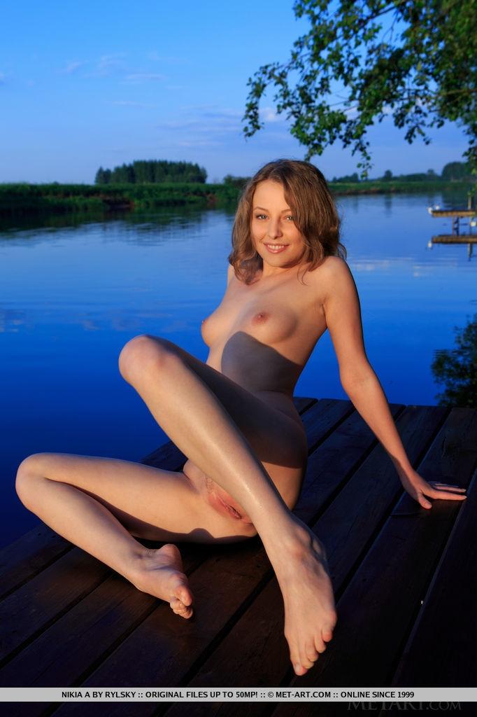 Нежная девушка голышом на озере