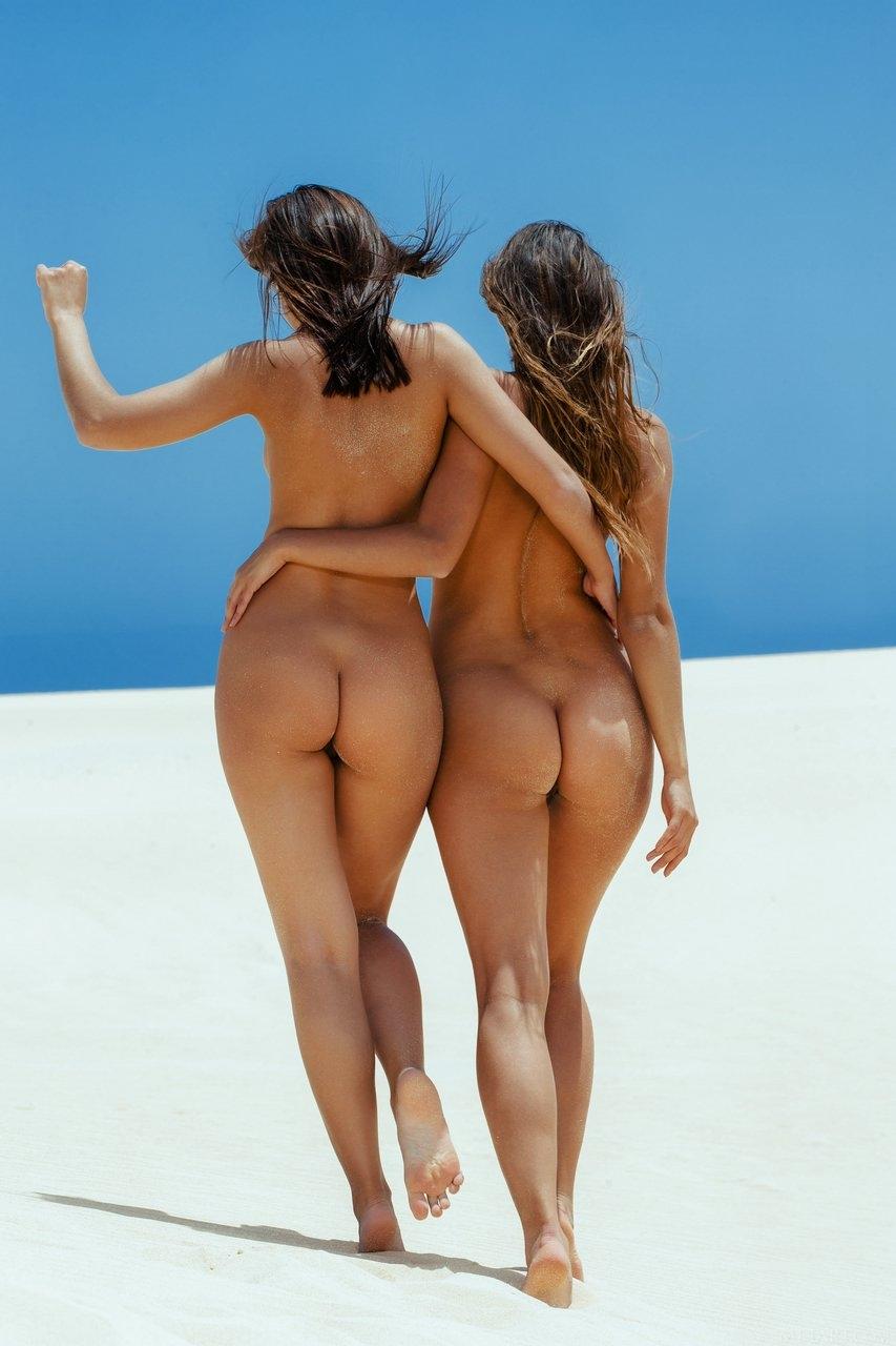 Красивые смуглые попки в пляже