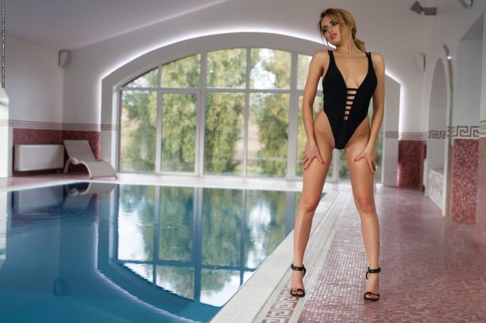 Леди с обворожительными буферами без одежды в бассейне