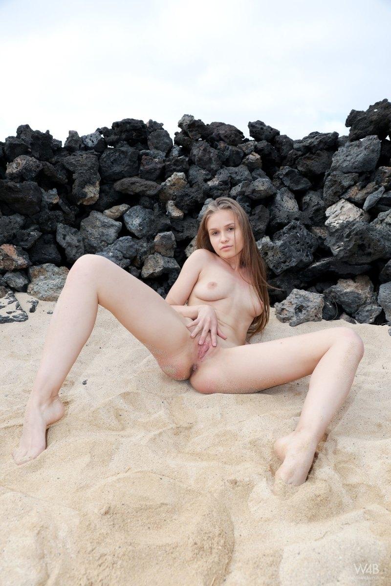 Толстая жопа нагишом у моря бабы с крохотными титьками