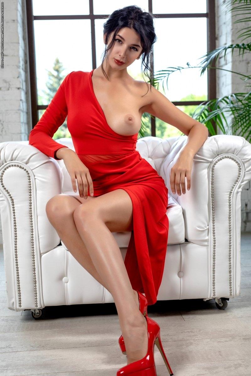 Стриптиз длинноногой модели в красном платье