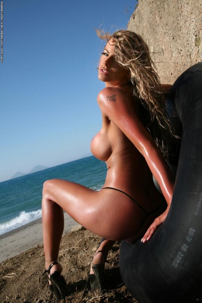 Сырые прелести крупных грудей и гладкой писи под откровенным бикини секс фото