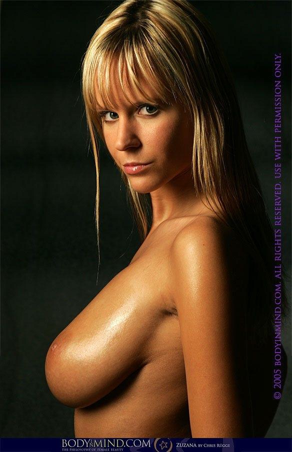 Идеальные дойки в масле от прелестной блондинки