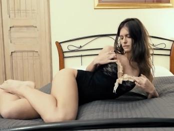 Сквирт изящная брюнетка раздевается видео перед вебкамерой видео