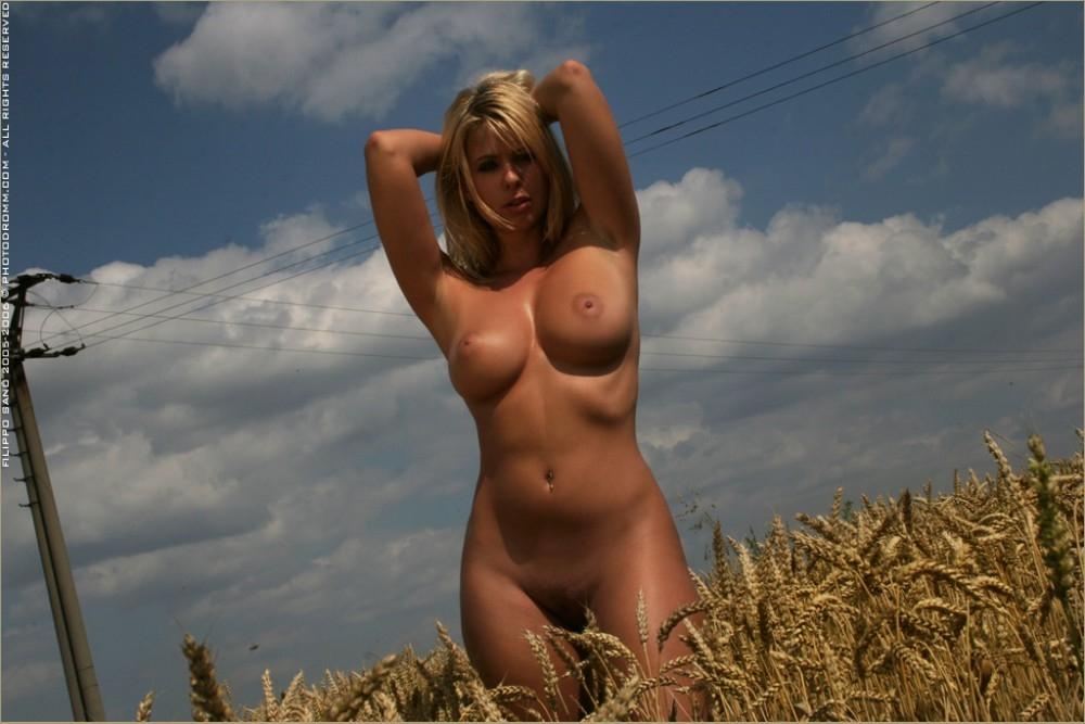 Сладкая раздетая чика Caterina Hovorkovaс стандартными грудями в поле секс фото