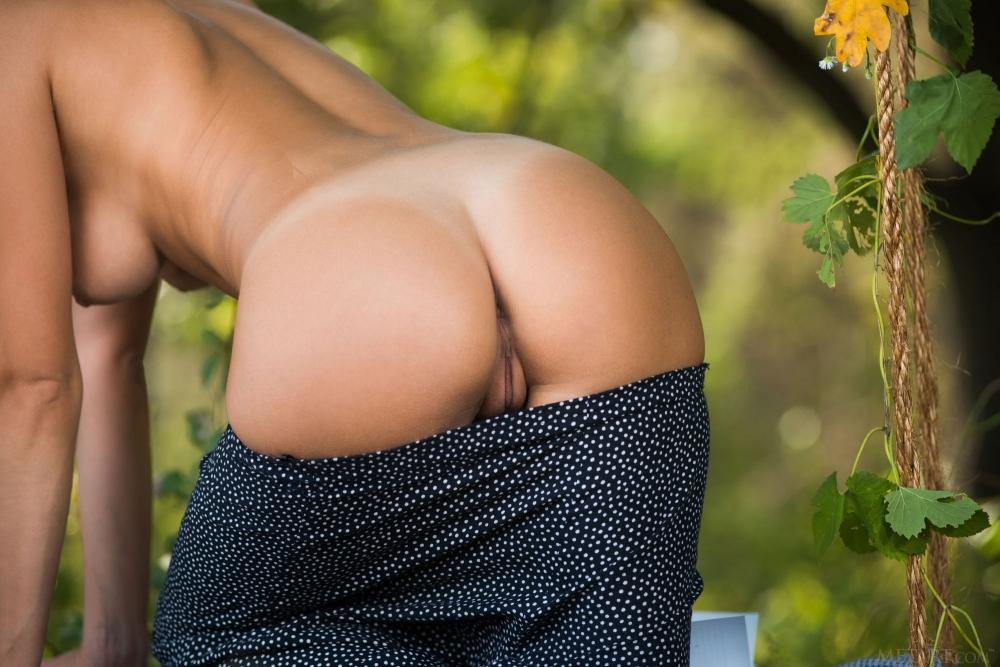Aislin с красивой попкой голышом на качелях