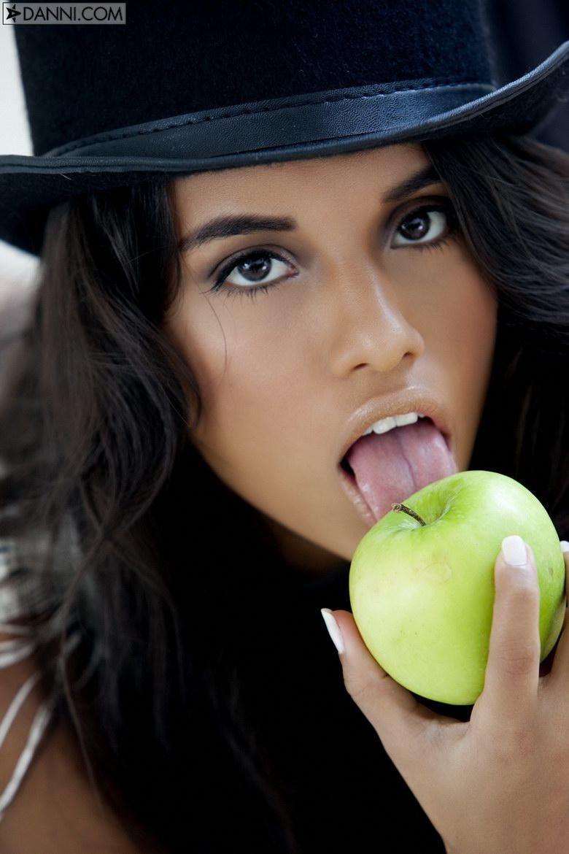Нагая мулаточка Lupe Fuentes с яблоком порно картинки