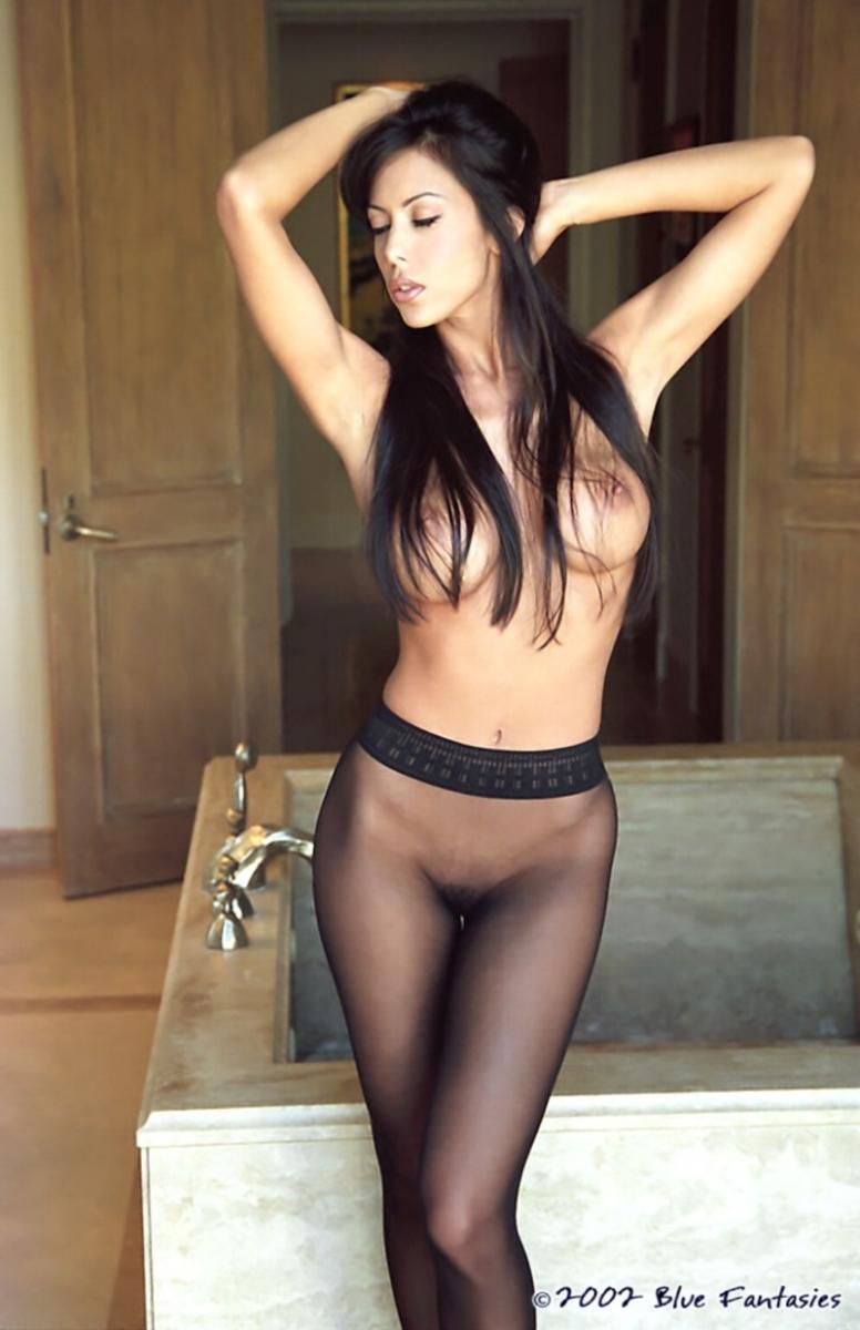 Брюнетка Санни в чулках порно картинки