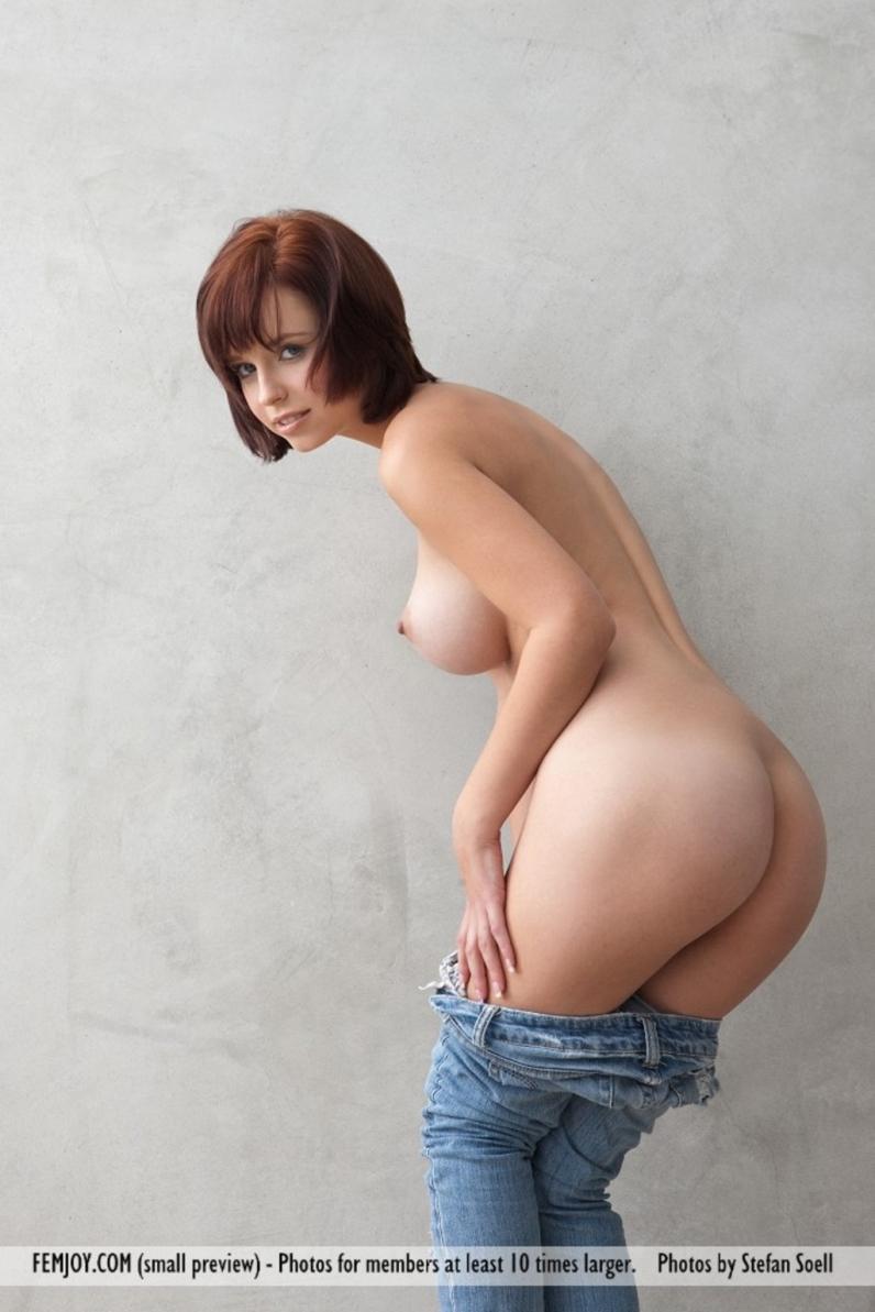 Девушка в джинсах полностью разделась