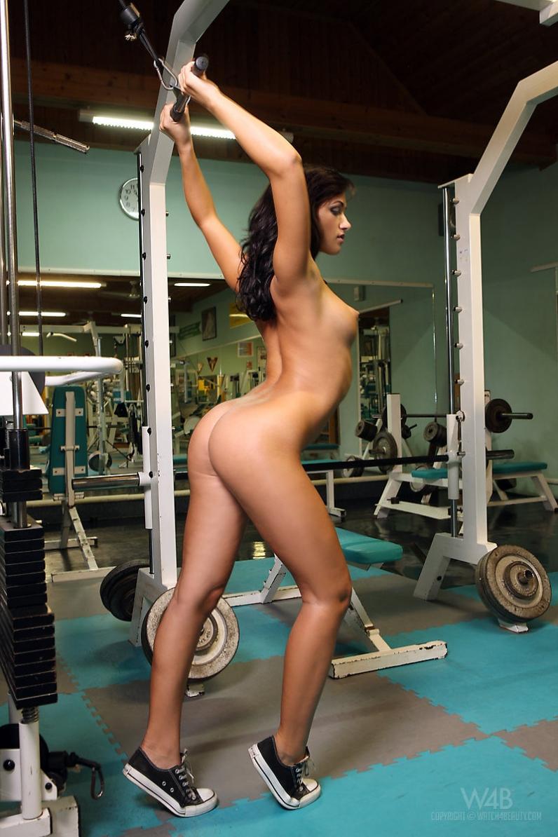 Голые девушки качаются в спортзале