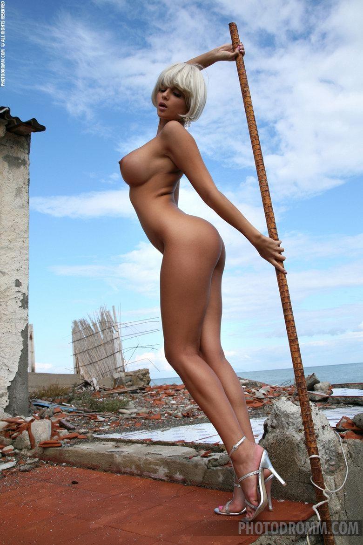 Платиновая блондинка с красивыми грудями и роскошной попочкой порно картинки секс фото