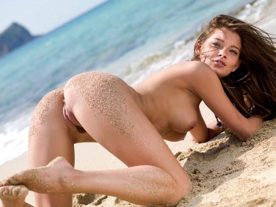 Стройная длинноногая молоденькая девушка на пляже