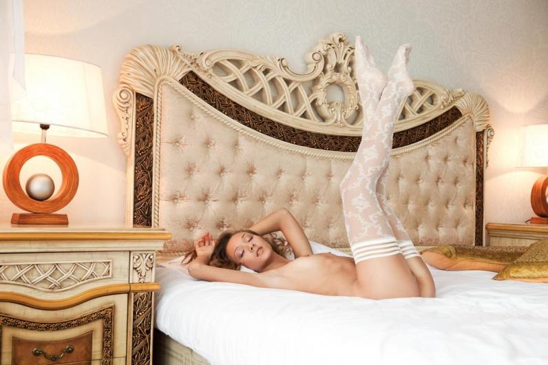Стильная студентка Люси в белых чулках секс картинки