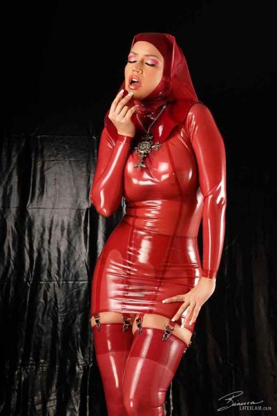 Дама в обтягивающем красном латексе