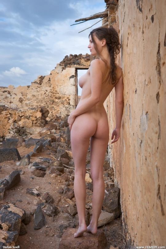 Сюзи фотографируется голой на открытом воздухе