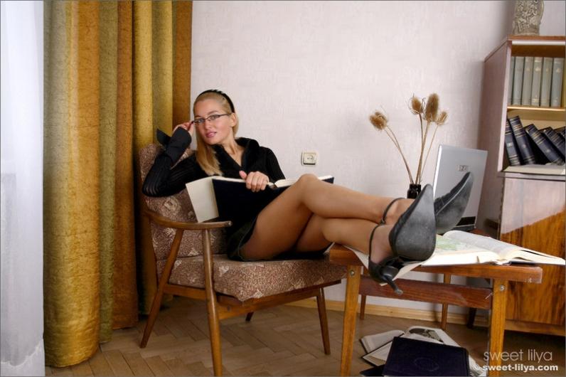 Подчиненная с огромными буферами снимает лифчик на работе до гола секс фото