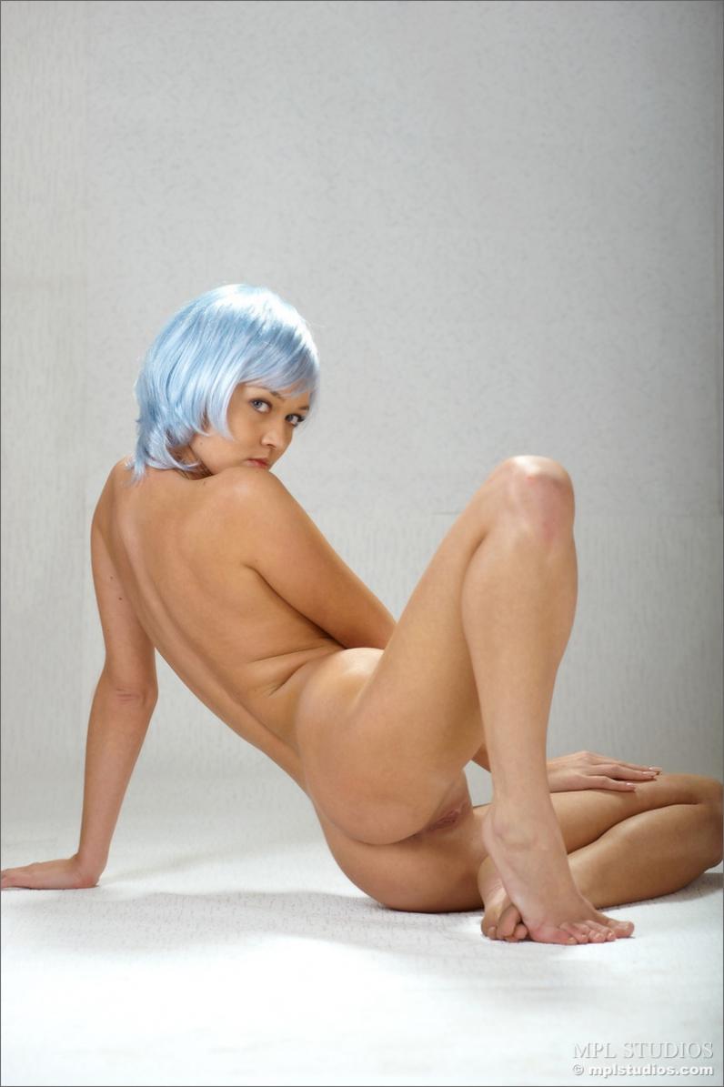 Обнаженная сучка с светло-синими волосами секс фото секс фото