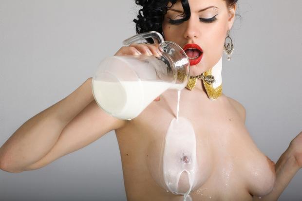 Шлюха Пьет Молоко