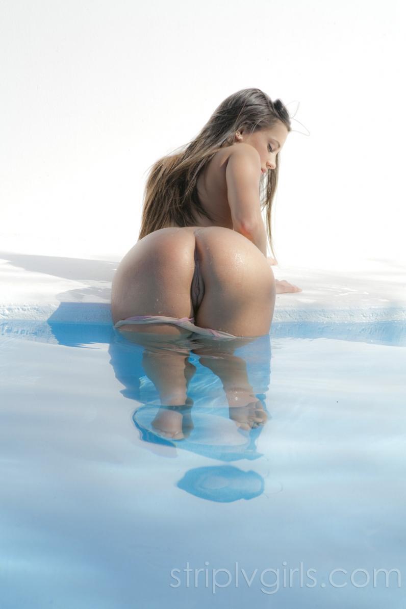 Джорджия Джонс Молодая милашка в бассейне