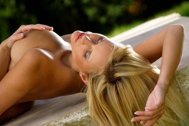 Блондиночка с большими буферами Marketa Belohona на травке