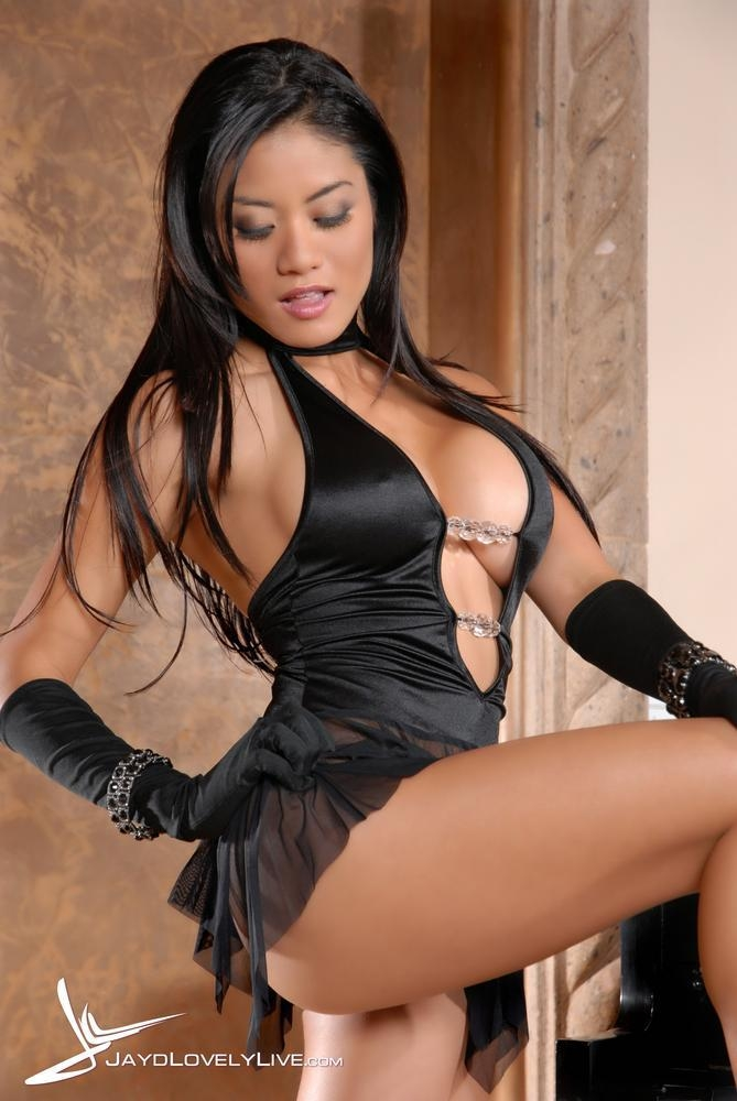 Гламурная сисястая азиатка в маленьком черном платье