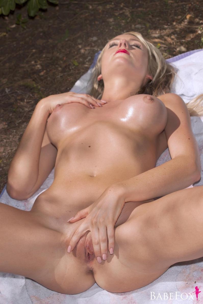 Полную блондиночку разморило на солнышке порно фото