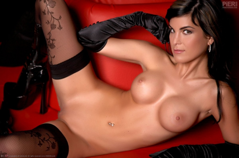 Роскошная модель с темными волосами Nella в великолепном черном белье