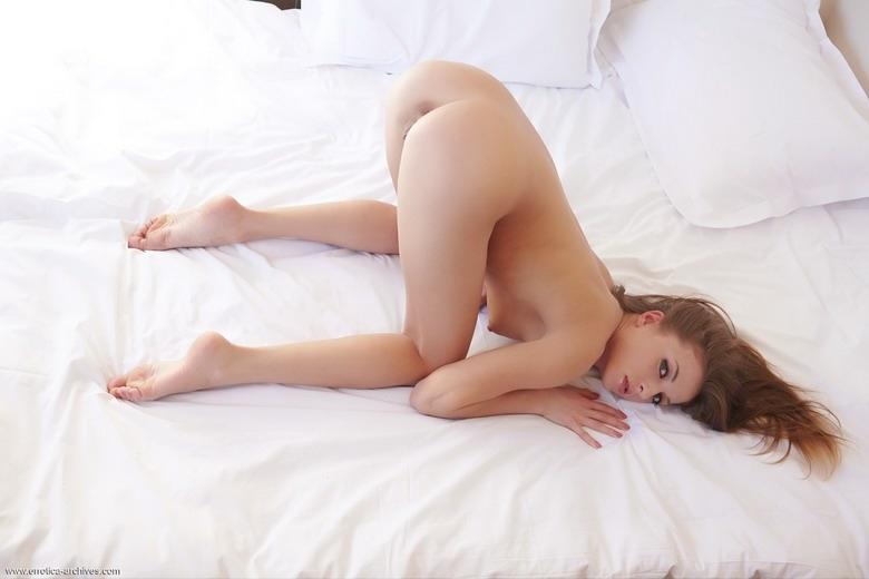 жена позирует попой в спальне № 49825