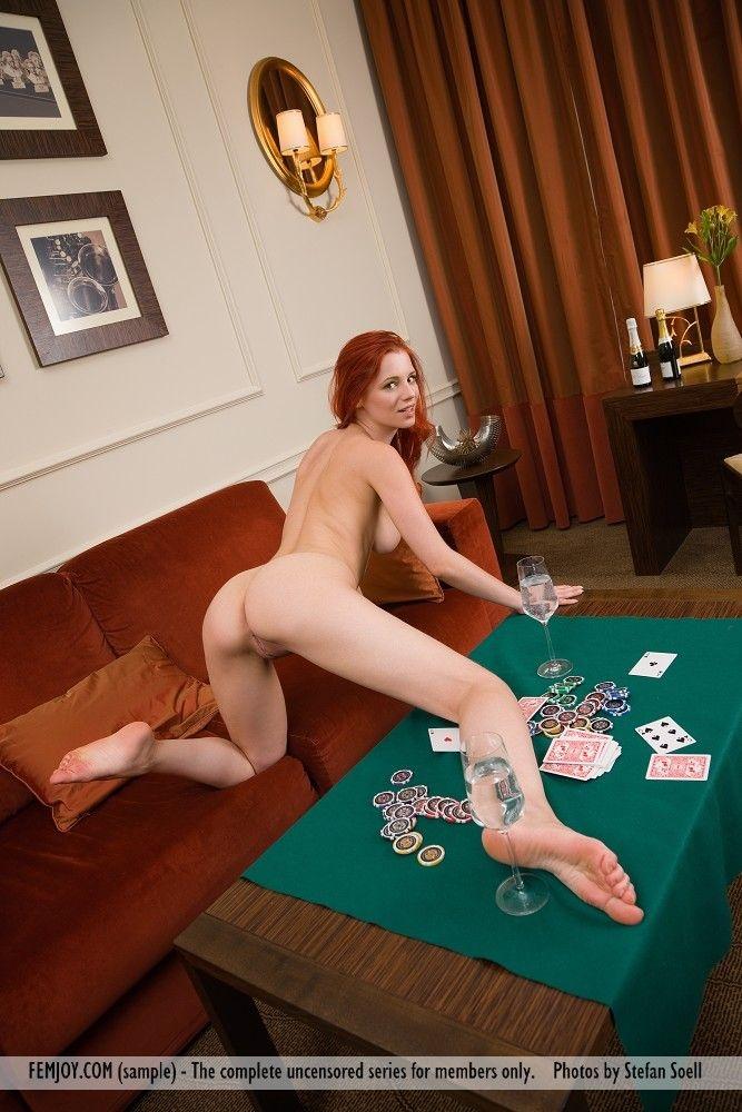 devushka-proigrala-v-karti-na-razdevanie