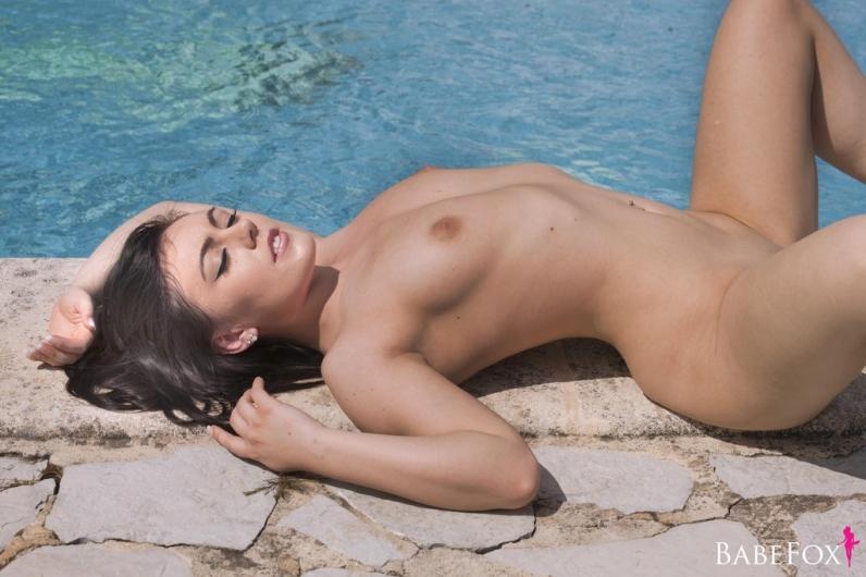 Возбуждённая обнаженная шатенка Kacie James на пирсе порно изображения