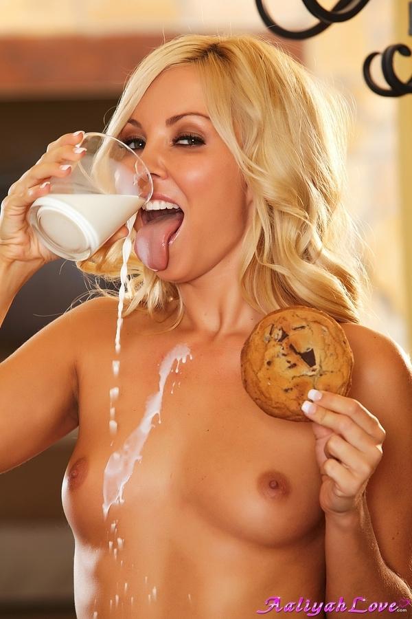 Сочная голая блондинка в красивом белье Aaliyah Love порно картинки