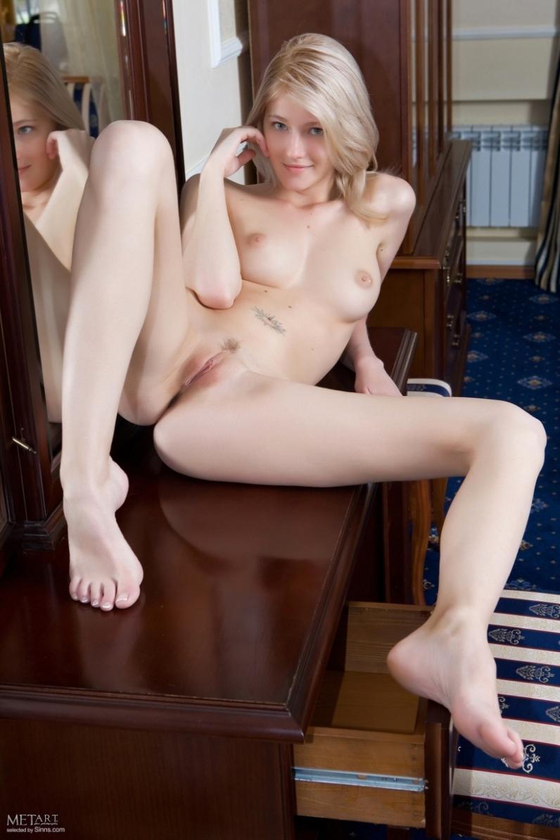 Похотливая блондинка Симпатична голышом порно галерея
