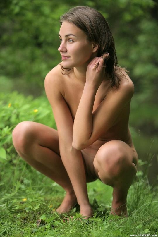 Брожу по лесу без одежды